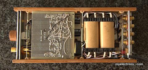 Усилитель для наушников, вид снизу со снятой крышкой