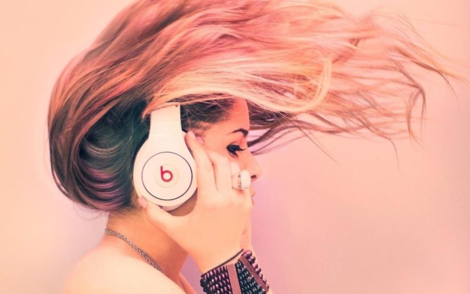 Девушка в наушниках Beats