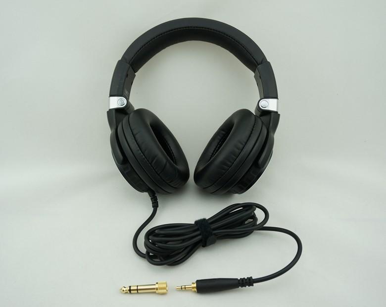 Наушники представляют собой пару небольших по размеру звукоизлучателей, надеваемых на голову, или вставляемых прямо в ушные каналы