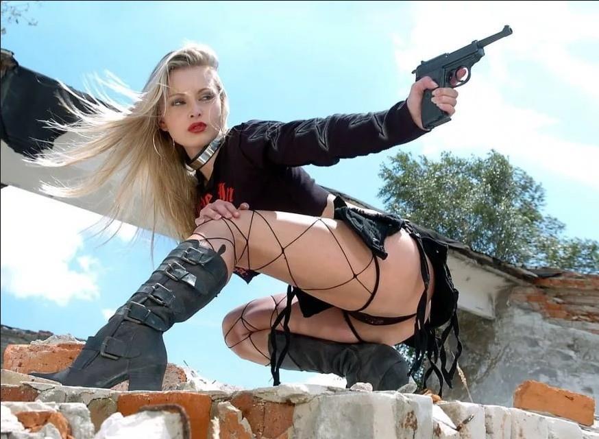 девушка с оружием10
