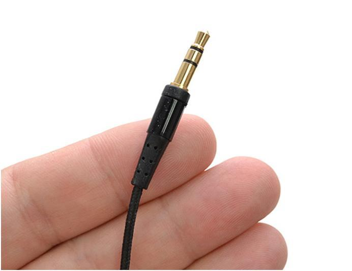 Чтобы пропали посторонние шумы в наушниках надо вынуть и вставить шнур или покрутить его