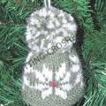 Вязаные елочные украшения: шапка с узором снежинка