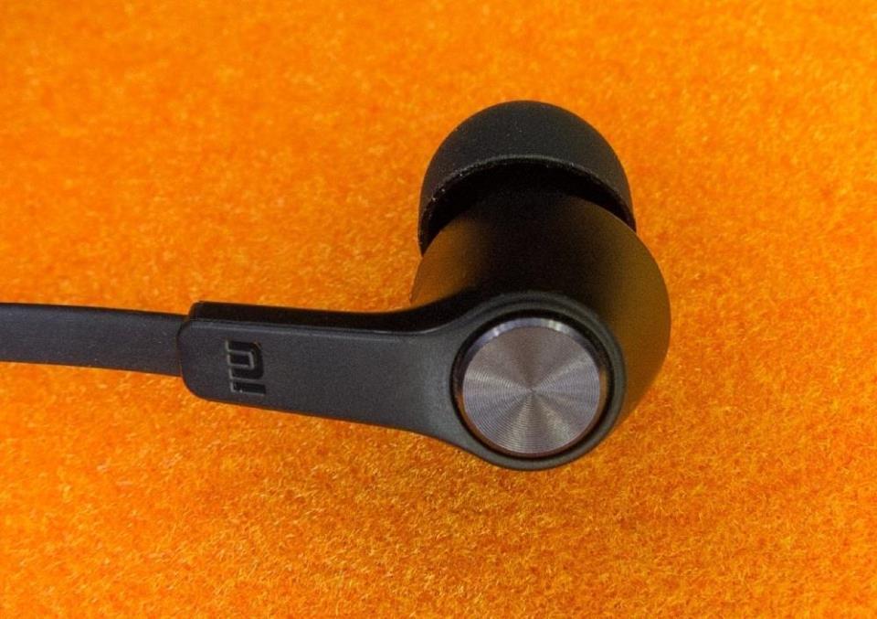 Не нужно слушать музыку в наушниках на максимальной громкости, поскольку это негативно влияет на слух