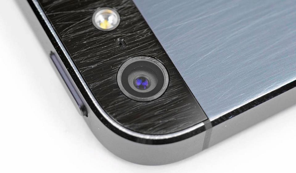 айфон с поцарапанным стеклом