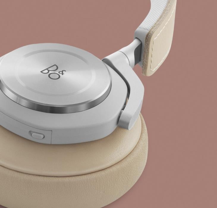 Бежевые наушники BeoPlay H7 как демонстрация высокого качества использованных материалов