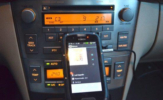 Смартфон подключен к магнитоле