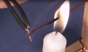 Проволока нагревается свечой