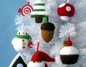 Оригинальные елочные игрушки: вязаные украшения на елку