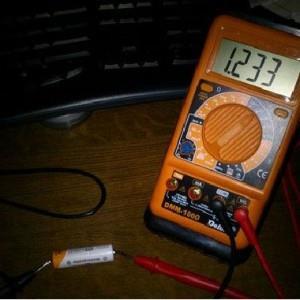 измерение мультиметром батарейки