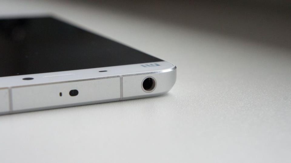 Аудио гнездо в телефоне для подключения проводных наушников
