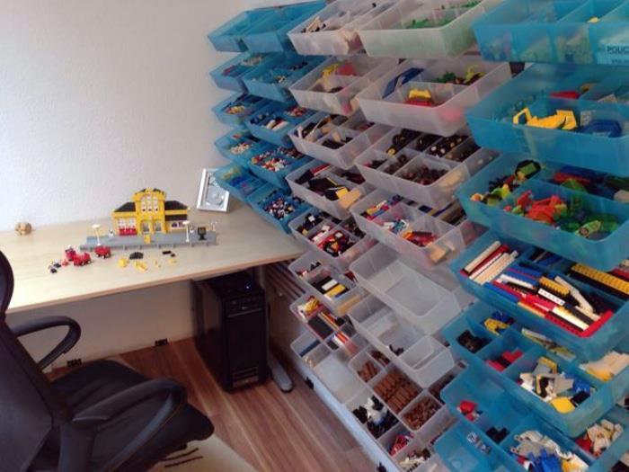 Пластиковые контейнеры для игрушек.